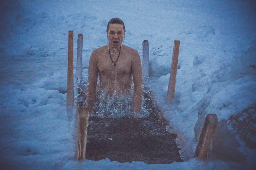 купание в ледяной проруби